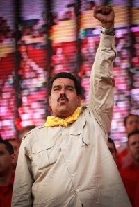 Maduro puño en alto
